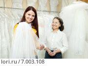 Купить «Girl chooses bridal veil at shop of wedding fashion», фото № 7003108, снято 19 декабря 2012 г. (c) Яков Филимонов / Фотобанк Лори