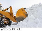 Купить «Бульдозер расчищает снежные заносы», фото № 7005248, снято 9 февраля 2015 г. (c) Икан Леонид / Фотобанк Лори