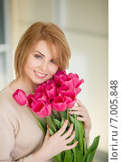 Happy woman with a bouquet of pink tulips., фото № 7005848, снято 28 марта 2017 г. (c) Александр Савченко / Фотобанк Лори