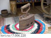Купить «Старый угольный утюг», фото № 7006220, снято 11 февраля 2015 г. (c) Алексей Маринченко / Фотобанк Лори