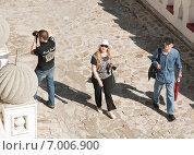 Купить «Туристы в Измайловском кремле», эксклюзивное фото № 7006900, снято 17 июня 2012 г. (c) Алёшина Оксана / Фотобанк Лори