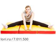 Купить «Светловолосая молодая женщина делает растяжку», фото № 7011500, снято 14 апреля 2014 г. (c) Сергей Дубров / Фотобанк Лори