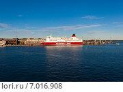 Финский паром в порту Хельсинки. Финляндия (2010 год). Редакционное фото, фотограф Roman Vukolov / Фотобанк Лори