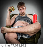 Купить «Fat man eating hamburger», фото № 7018972, снято 3 апреля 2012 г. (c) Андрей Армягов / Фотобанк Лори