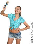 Купить «Красивая молодая девушка с малярной кистью на белом фоне», фото № 7019900, снято 8 декабря 2014 г. (c) Кирилл Черезов / Фотобанк Лори