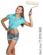 Купить «Красивая девушка с малярным валиком», фото № 7019960, снято 8 декабря 2014 г. (c) Кирилл Черезов / Фотобанк Лори
