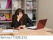 Купить «Девушка в офисе схватилась за голову», фото № 7020212, снято 12 января 2015 г. (c) Иванов Алексей / Фотобанк Лори