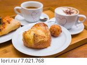 Купить «Аппетитная булочка с пончиком и два кофе», фото № 7021768, снято 4 февраля 2015 г. (c) Gagara / Фотобанк Лори