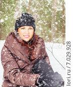 Купить «Красивая девушка на прогулке зимой в снегопад», фото № 7029928, снято 17 февраля 2013 г. (c) Игорь Соколов / Фотобанк Лори