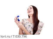 Девушка радуется подарку кольцу. Стоковое фото, фотограф Анна Милованова / Фотобанк Лори
