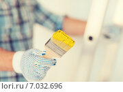 Купить «close up of male in gloves holding paintbrush», фото № 7032696, снято 28 января 2014 г. (c) Syda Productions / Фотобанк Лори