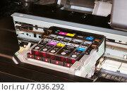 Печатающая головка струйного принтера с цветными картриджами, эксклюзивное фото № 7036292, снято 20 февраля 2015 г. (c) Константин Косов / Фотобанк Лори