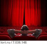 Единственный зритель в зале театра или кинотеатра. Стоковое фото, фотограф Андрей Кузьмин / Фотобанк Лори
