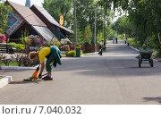 Купить «Дворник подметает территорию парка», фото № 7040032, снято 28 августа 2013 г. (c) Светлана Попова / Фотобанк Лори