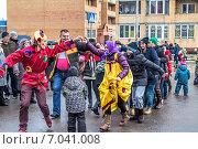 Купить «Празднование Масленицы. Игра в «Ручеек»», фото № 7041008, снято 22 февраля 2015 г. (c) Владимир Сергеев / Фотобанк Лори