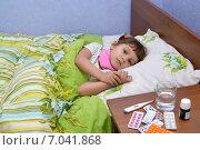 Купить «Маленькая грустная больная девочка лежит в постели. Больничная палата», фото № 7041868, снято 25 января 2015 г. (c) Ирина Борсученко / Фотобанк Лори