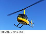 Купить «Яркий сине-желтый вертолет Robinson R44 в голубом небе», фото № 7045768, снято 18 февраля 2015 г. (c) Валерия Попова / Фотобанк Лори
