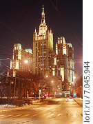 Купить «Высотка на Кудринской площади, ночной вид с улицы Заморенова. Москва», эксклюзивное фото № 7045944, снято 22 февраля 2015 г. (c) Сергей Соболев / Фотобанк Лори