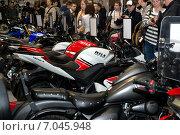 Посетители выставки Мотопарк 2015 осматривают мотоциклы. Редакционное фото, фотограф Анастасия Кузьмина / Фотобанк Лори