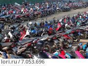 Купить «Таиланд. Парковка для самых популярных в стране транспортных средств - мопедов.», эксклюзивное фото № 7053696, снято 21 февраля 2015 г. (c) Александр Тарасенков / Фотобанк Лори