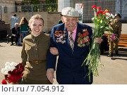 Купить «Девушка помогает ветерану», эксклюзивное фото № 7054912, снято 9 мая 2014 г. (c) Михаил Ворожцов / Фотобанк Лори