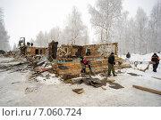 Купить «Снос старого деревянного дома», фото № 7060724, снято 26 февраля 2015 г. (c) Алексей Маринченко / Фотобанк Лори