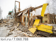 Купить «Снос старого ветхого жилья», фото № 7060788, снято 26 февраля 2015 г. (c) Алексей Маринченко / Фотобанк Лори
