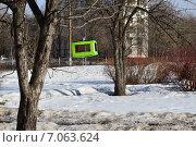 Купить «Кормушка для птиц в сквере Знаки зодиака на Енисейской улице в Москве», эксклюзивное фото № 7063624, снято 25 февраля 2015 г. (c) lana1501 / Фотобанк Лори