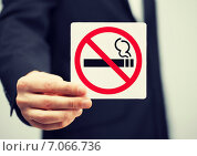 Купить «man in suit holding no smoking sign», фото № 7066736, снято 18 февраля 2013 г. (c) Syda Productions / Фотобанк Лори