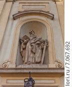 Купить «Статуя Апостола Павла (1756 г.) на фасаде католического костела Святого Креста в Варшаве, Польша. Скульптор Ян Юрий Плерш», фото № 7067692, снято 20 октября 2014 г. (c) Иван Марчук / Фотобанк Лори