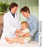 Купить «Doctor examining child», фото № 7068812, снято 24 мая 2014 г. (c) Яков Филимонов / Фотобанк Лори