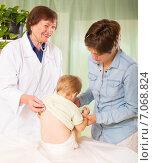 Купить «friendly pediatrician doctor examining baby», фото № 7068824, снято 24 мая 2014 г. (c) Яков Филимонов / Фотобанк Лори