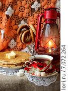 Чашка чая и тарелка с испеченными блинами. Стоковое фото, фотограф Шуба Виктория / Фотобанк Лори