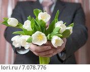 Купить «Мужчина в костюме протягивает букет цветов, белые тюльпаны», фото № 7078776, снято 1 марта 2015 г. (c) Pukhov K / Фотобанк Лори