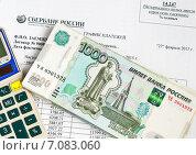 Купить «Документы для покупки квартиры. Калькулятор и деньги лежат на графике по выплате платежей кредитного договора», эксклюзивное фото № 7083060, снято 2 марта 2015 г. (c) Игорь Низов / Фотобанк Лори