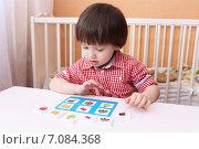 Купить «Ребенок (2 года 5 месяцев) играет в детское лото», фото № 7084368, снято 5 марта 2015 г. (c) ivolodina / Фотобанк Лори