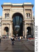 Купить «Вид с Соборной площади (plazza del Duomo) на галерею торгового центра Витторио Иммануила II ( Galleria Vittorio Emanuele II) . Милан, Италия», эксклюзивное фото № 7085808, снято 7 января 2013 г. (c) Яна Королёва / Фотобанк Лори