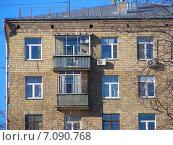 Купить «Восьмиэтажный пятиподъездный кирпичный жилой дом. Улица Алабяна, 5. Москва», эксклюзивное фото № 7090768, снято 16 февраля 2015 г. (c) lana1501 / Фотобанк Лори