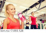 Купить «smiling sporty woman with water bottle», фото № 7093128, снято 8 мая 2014 г. (c) Syda Productions / Фотобанк Лори