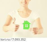 Купить «woman hands holding green house», фото № 7093352, снято 28 марта 2013 г. (c) Syda Productions / Фотобанк Лори