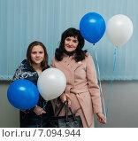 Купить «Счастливые мама и дочка стоят с воздушными шариками в руках в помещении», эксклюзивное фото № 7094944, снято 24 февраля 2015 г. (c) Игорь Низов / Фотобанк Лори