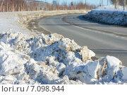Купить «Грязный снег на обочине дороги», фото № 7098944, снято 9 марта 2015 г. (c) Икан Леонид / Фотобанк Лори