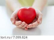 Купить «close up of child hands holding red heart», фото № 7099824, снято 30 апреля 2014 г. (c) Syda Productions / Фотобанк Лори