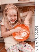 Девочка с мукой. Стоковое фото, фотограф Анна Алексеенко / Фотобанк Лори