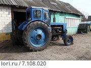 Купить «Трактор Т-40 на сельском дворе», эксклюзивное фото № 7108020, снято 11 марта 2015 г. (c) Валерий Акулич / Фотобанк Лори