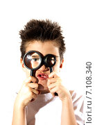 Мальчик смотрит в увеличительные стекла. Стоковое фото, фотограф Юлия Нигматуллина / Фотобанк Лори