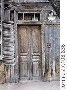 Купить «Деревянные двери в очень старом доме в Астрахани, Россия», фото № 7108836, снято 5 марта 2015 г. (c) Шабанов Дмитрий / Фотобанк Лори