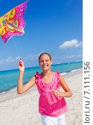 Купить «Девочка и воздушный змей на пляже у океана», фото № 7111156, снято 25 мая 2020 г. (c) Максим Топчий / Фотобанк Лори