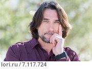 Портрет симпатичного мужчины средних лет в рубашке на природе. Стоковое фото, фотограф Володина Ольга / Фотобанк Лори