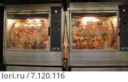 Купить «Приготовление курицы гриль в сетевом гипермаркете», видеоролик № 7120116, снято 23 октября 2018 г. (c) FotograFF / Фотобанк Лори
